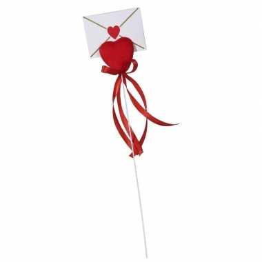Valentijn hartje op stok met enveloppe kaartje voor valentijn kado