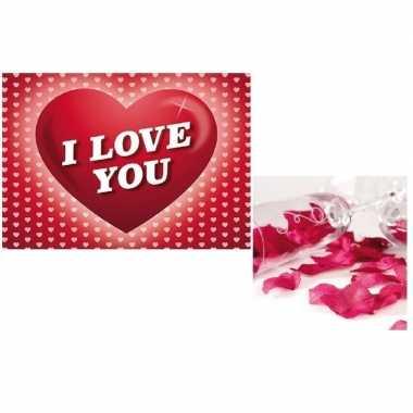 Valentijn valentijnsdag kado donkerrode rozenblaadjes en valentijnska