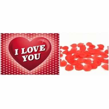 Valentijn valentijnsdag kado rode rozenblaadjes en valentijnskaart
