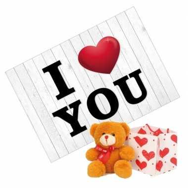 Valentijnskaart en bruine knuffelbeer met rood sjaaltje 10 cm kado